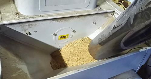 遠心力を使った機械を使用することで玄米に<br /> 傷をつけず綺麗にモミを取り除き食味が向上する<br /> 様に工夫しています。
